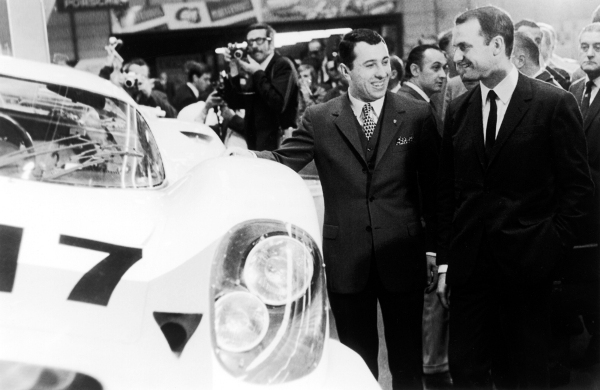 Ferdinand Piëch (right) and Gerhard Mitter (left) at the presentation of the Porsche 917