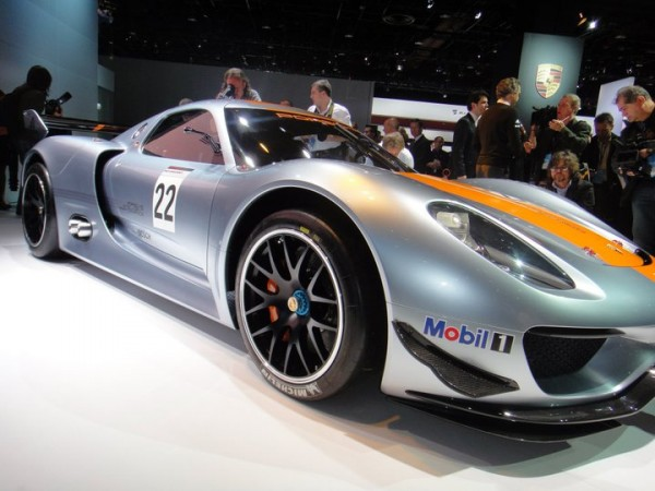 Porsche 918 RSR with blue center lock nuts